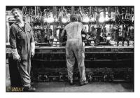 Techniciens réglant une machine à souffler, Verlipack, Ghlin, Belgique, 1982 - argentique