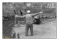 Levage d'un bloc de pierre dans le fond de la carrière, Carrières Gauthier & Wincqz (La Pierre bleue belge), Soignies, Belgique, 1981 - argentique