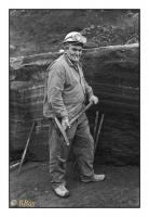 Ouvrier rocteur chargé du soulèvement d'un bloc de pierre à la masse avec des coins d'acier et des attelles, Carrières Gauthier & Wincqz (La Pierre bleue belge), Soignies, Belgique, 1981 - argentique